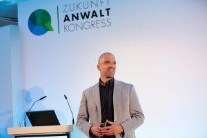 Dr. Dirk Gratzel stellte eine Sprachanalysesoftware vor, die Recuitern Rückschlüsse auf die Persönlichkeit des Bewerbers geben soll